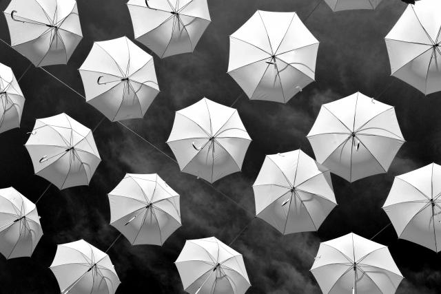 Foto e poster in bianco e nero di ombrelli sospesi