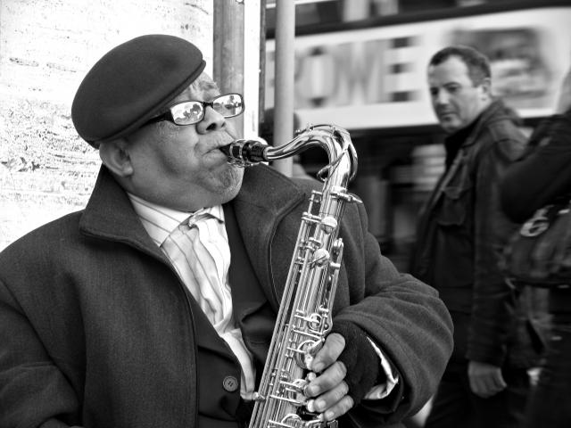 Foto e poster di un uomo che suona il sax