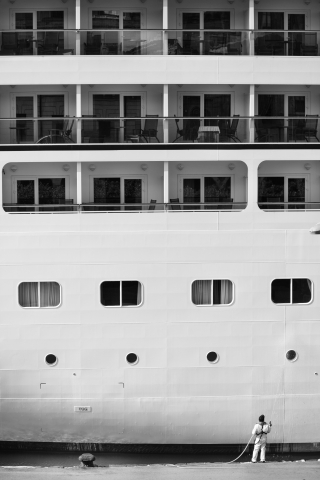 Foto e poster in bianco e nero di un uomo che pulisce una nave
