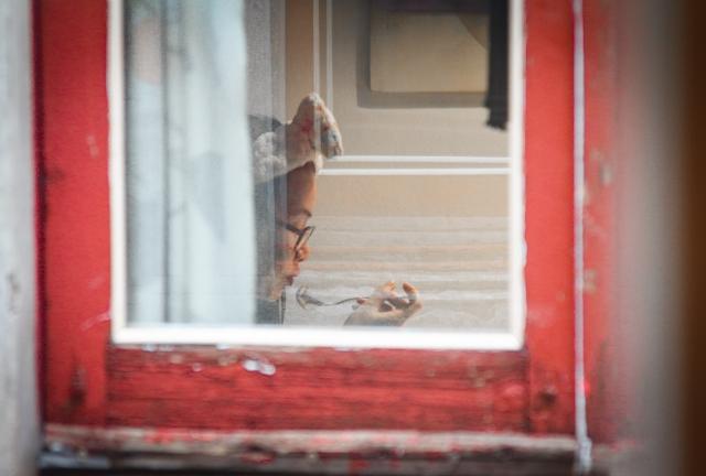 Foto e poster di una donna alla finestra