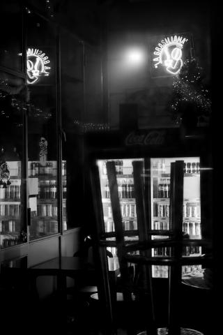 Foto e poster in bianco e nero di un bar chiuso