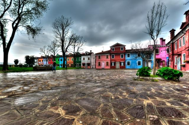Foto e poster di una città con molti colori