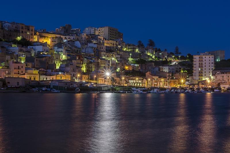 Stampe artistiche quadri e poster con blu case città luci mare