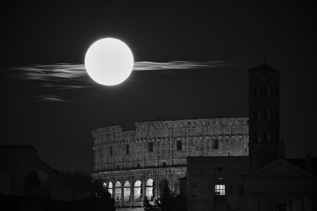 Quadro moderno e stampa - Moon and Colosseum, Rome
