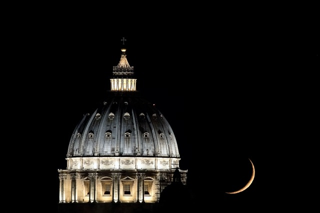 Quadro moderno e stampa - St Peter's Basilica and Waxing Crescent Moon, Rome