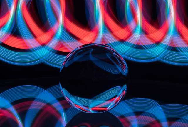 Light painting su sfera di cristallo