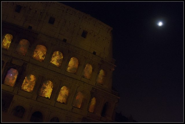 Colosseo in fiamme in Roma