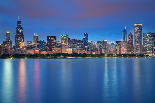Lo skyline di Chicago e i suoi riflessi sul lago Michigan